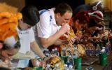 Glotón gana concurso por comer más de 4 kilos de pavo