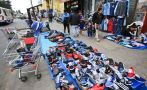 Ambulantes en las Malvinas ocupan la veredas de Av. Argentina