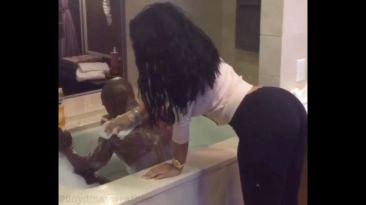 Instagram: Mayweather paga a mujer para que lo jabone (VIDEO)