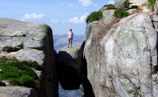 ¿Te atreverías a pararte sobre esta roca? Conoce Kjeragbolten