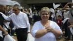 La hermana de Pablo Escobar recorre las tumbas de sus víctimas - Noticias de hellen ospina