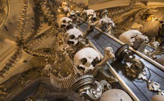 Da un paseo por esta iglesia decorada con miles de huesos