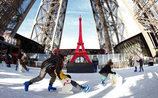 Disfruta del invierno patinando sobre hielo en la Torre Eiffel