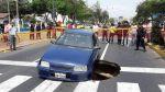 Así quedó el taxi que casi cae a enorme hoyo formado en pista - Noticias de accidentes de transito