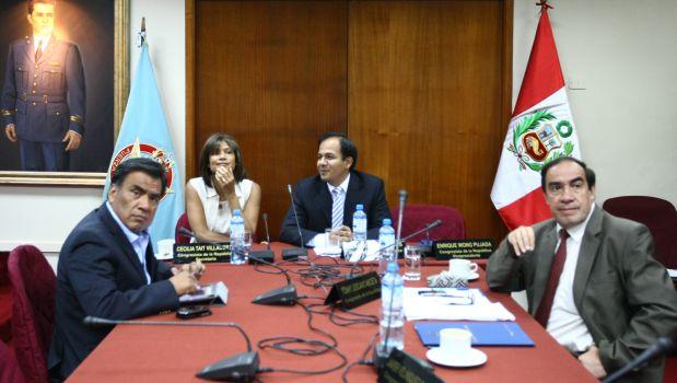 El presidente de la Comisión López Meneses, Juan Díaz Dios, presentó el informe final a la mesa directiva del Congreso. (Foto archivo El Comercio)