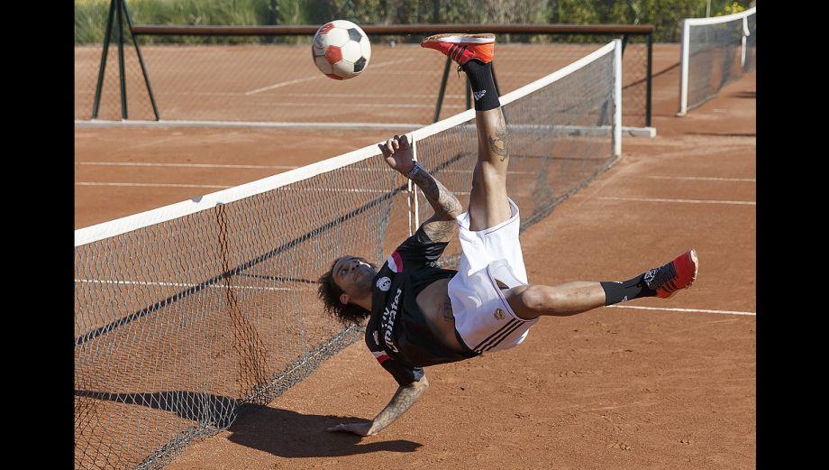 Real Madrid entrena jugando fútbol tenis en Marruecos