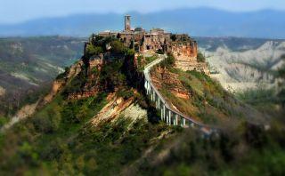 Este pequeño pueblo está aislado en las alturas de Italia