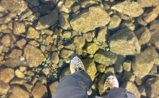 ¿Caminarías sobre este lago que parece no estar bajo tus pies?