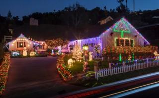 Un barrio entero se une en un show de decoraciones navideñas