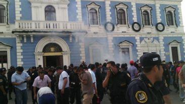Policías y serenos se enfrentaron en frontis de municipio