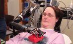 Mujer tetrapléjica usa la mente para controlar brazo robótico