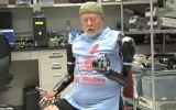 Conoce al primer hombre en controlar dos prótesis con la mente