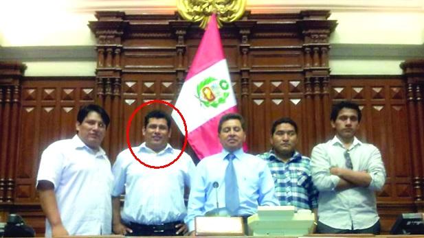 El congresista José León aparece junto al detenido Josué Blas en las instalaciones de la Mesa Directiva, en el Congreso de la República. (Foto: Policía Nacional)