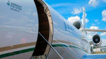 Facebook: abre puerta del avión porque tenía calor