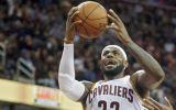 NBA: LeBron James sorprende con un triple con una sola mano