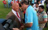 Roberto Mosquera y el abrazo con Daniel Ahmed tras el partido
