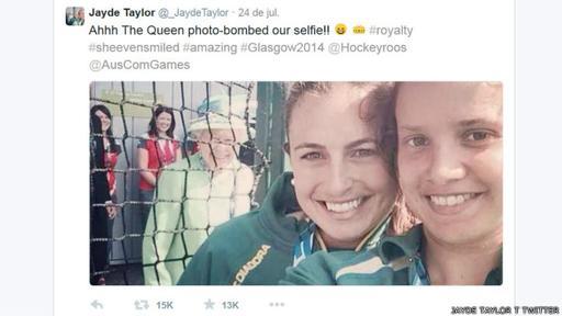 Una sonriente Reina Isabel II aparece detrás de un selfie de dos atletas australianas. ¿Intencionado o casual?