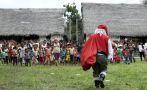 Papá Noel visita a los niños boras del Amazonas