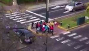 Mujeres pelean por regalos que peatones dan a niños (VIDEO)