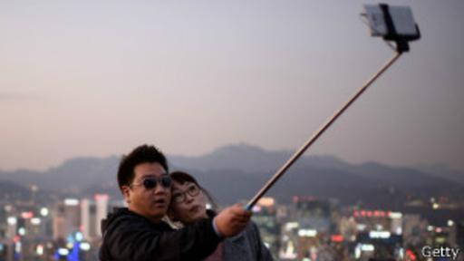 El selfie stick se ha convertido en un fenómeno popular a nivel mundial.