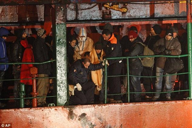 Del terror de la guerra siria al infierno en un barco fantasma