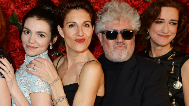 El director rodeado del elenco del musical que se presenta en Londres. (Foto: Getty Images)
