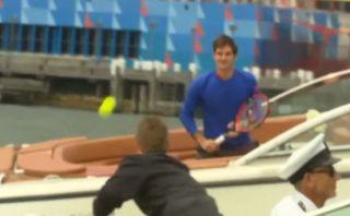 YouTube: Federer jugó tenis sobre una lancha con Lleyton Hewitt