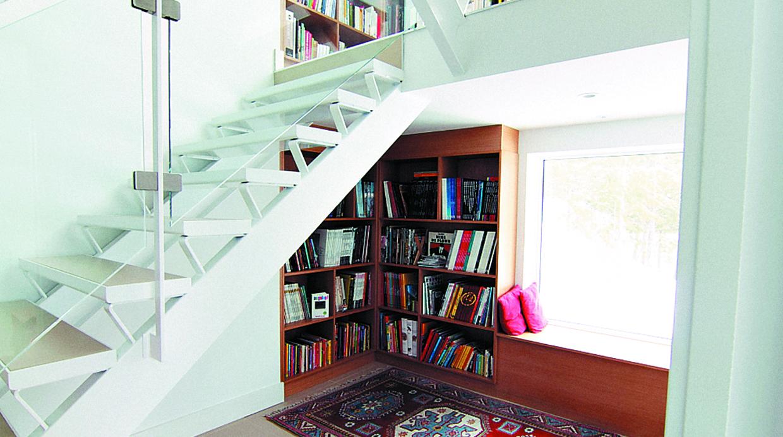 7 ideas de como decorar el lugar bajo las escalera de una for Estanteria bajo escalera