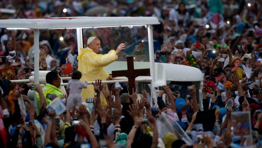 Papa Francisco fue despedido por 7 mlls de fieles en Filipinas