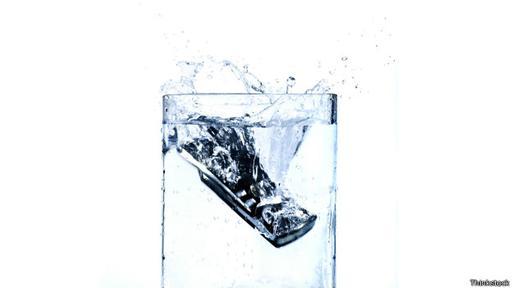 Quizá no en un vaso de agua, pero que el celular termine en el inodoro es muy probable.
