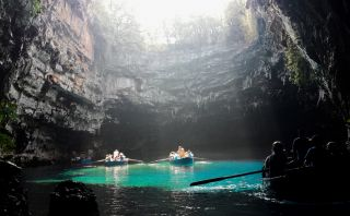 Conoce la cueva Melissani, una hermoso atractivo en Grecia
