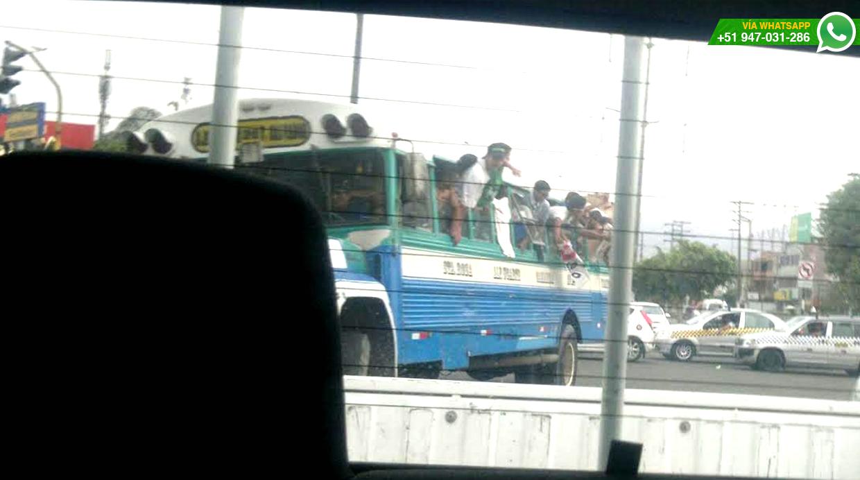 Los fanáticos viajaban con medio cuerpo fuera pese a que podían ocasionar accidente (Foto: WhatsApp/El Comercio)