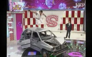 YouTube: imitador de Ryu de Street Fighter destruye un auto