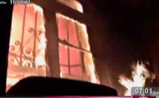 Incendio consumió dos viviendas cerca al Instituto Materno
