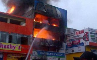 Incendio en Comas destruye almacén de pintura de cinco pisos