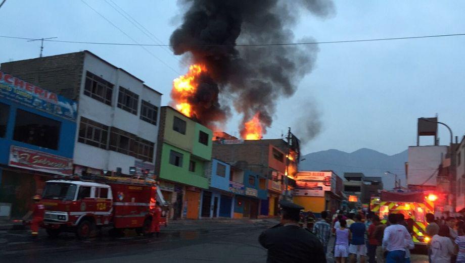 Incendio en Comas: taller quedó inutilizable tras arder 4 horas
