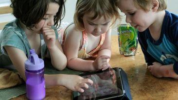 Uso excesivo de dispositivos afectaría salud mental de niños