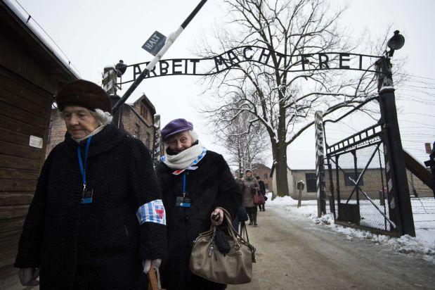 [Foto] El primer hombre que entró a Auschwitz tras su liberación