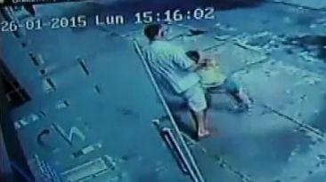 Conducta violenta de padrastro se muestra en otro video