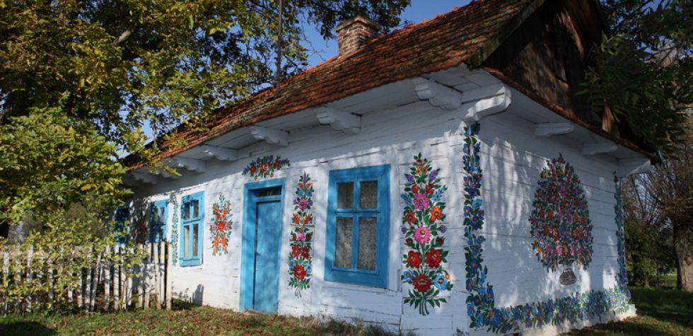 La hermosa villa pintada con flores en Polonia