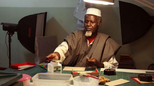 Hombre no identificado en pleno trabajo de restauración de los manuscritos. (Foto: AP)