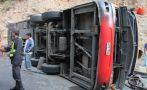 Choque entre un furgón y un tráiler dejó un muerto y un herido