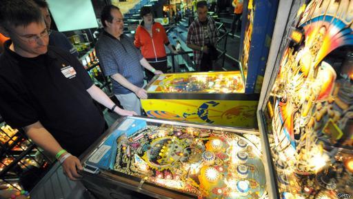 Las máquinas de pinball se conocen también como flipper, petacos o milloncete, o simplemente maquinitas, según el país.