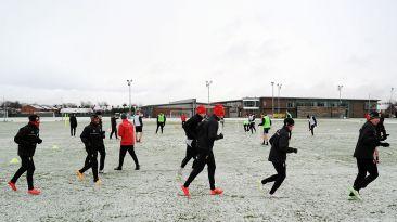 Liverpool no para: equipo entrenó en un campo lleno de nieve