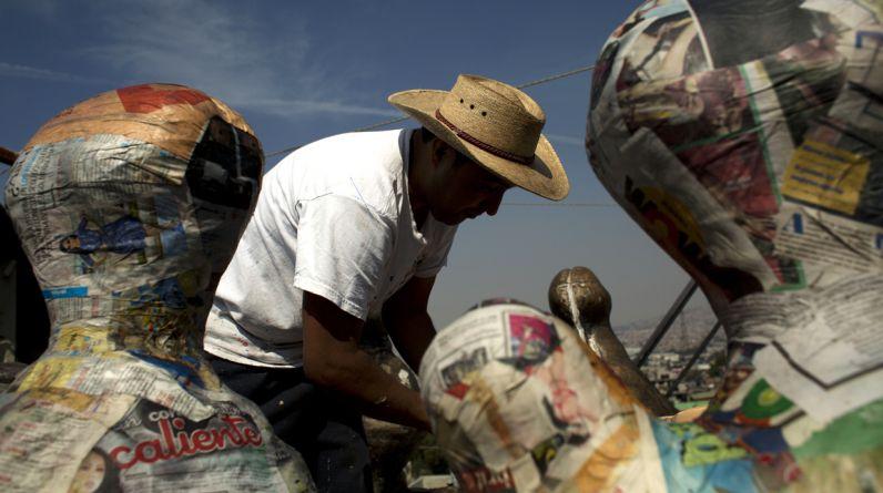 El mexicano Melesio Vicente Flores y su esposa Cecilia Albarrán González han pasado los últimos 25 años de su vida haciendo sofisticadas figuras de papel maché rellenas con golosinas que alguien destrozará con un palo. Son expertos en la creación de piñatas. (Foto: AP)