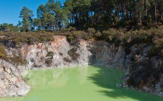 Conoce el popular Baño del Diablo, una laguna verde y peligrosa