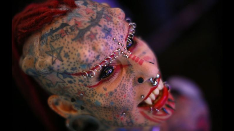 """El evento """"Venezuela Expo Tattoo 2015"""", que se celebra desde el 29 de enero hasta el 1 de febrero en Caracas, Venezuela, reúne a tatuadores y fanáticos de los tatuajes en una feria internacional llena de impactantes imágenes. En esta edición se cuenta con La mexicana María José Cristerna, récord Guinness como la mujer más modificada del mundo 96% tatuajes y 45% implantes. (Foto: Reuters)"""