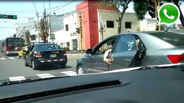 Vía WhatsApp: conduce con una mano sujetando la puerta trasera