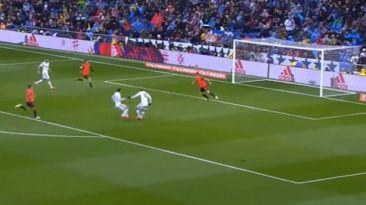 Gareth Bale le quitó el balón a James y falló sin arquero