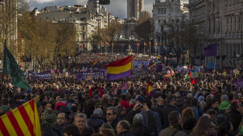 Miles de españoles acompañaron la marcha que buscaba celebrar la victoria de su aliado político en Grecia, Syriza. (AP)